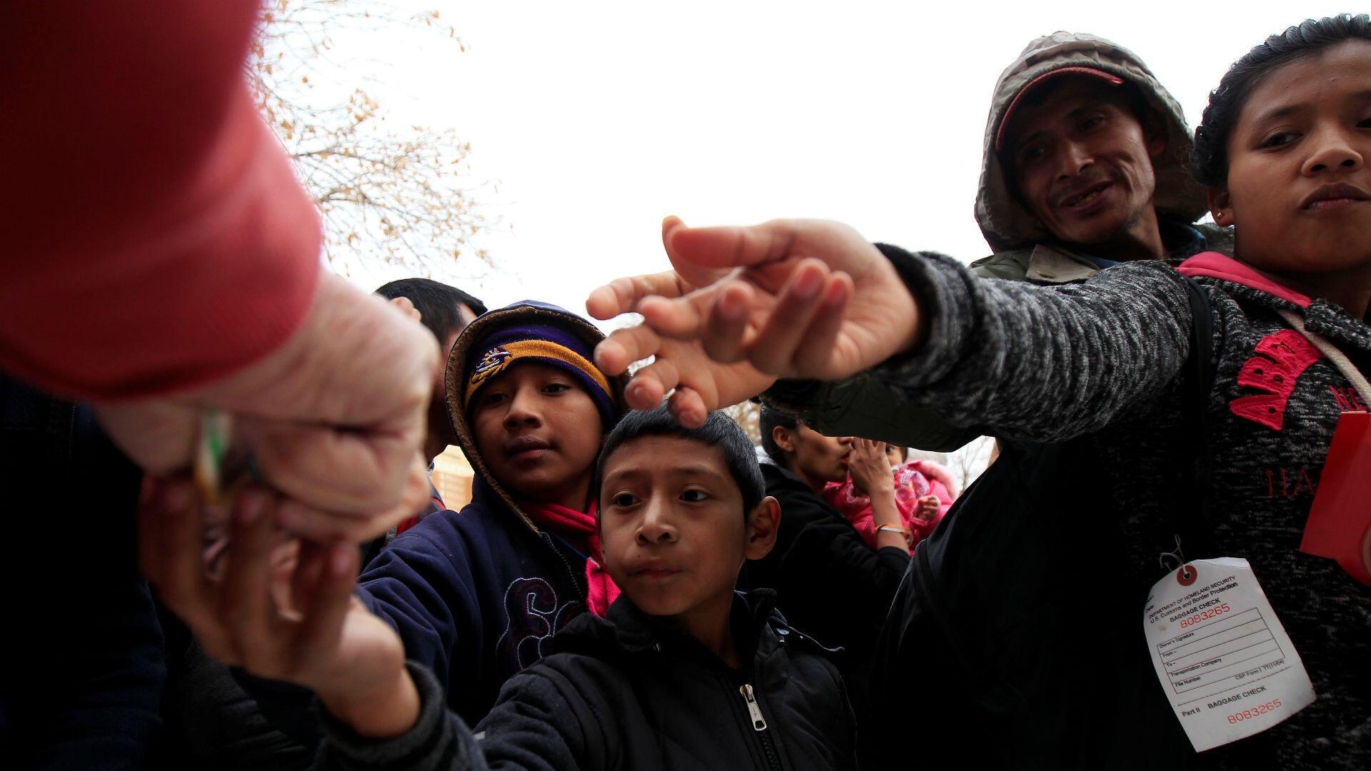 En El Paso, Texas, decenas de migrantes reciben ayudas mientras aguardan en los refugios a la espera de respuesta sobre las solicitudes de asilo. 25 de diciembre de 2018.
