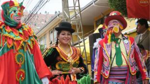 """El Pepino, una Cholita y un Ch'uta, los personajes emblemáticos del carnaval de La Paz (Bolivia), participaron este domingo 14 de enero de 2018, en el """"Desentierro de El Pepino""""."""