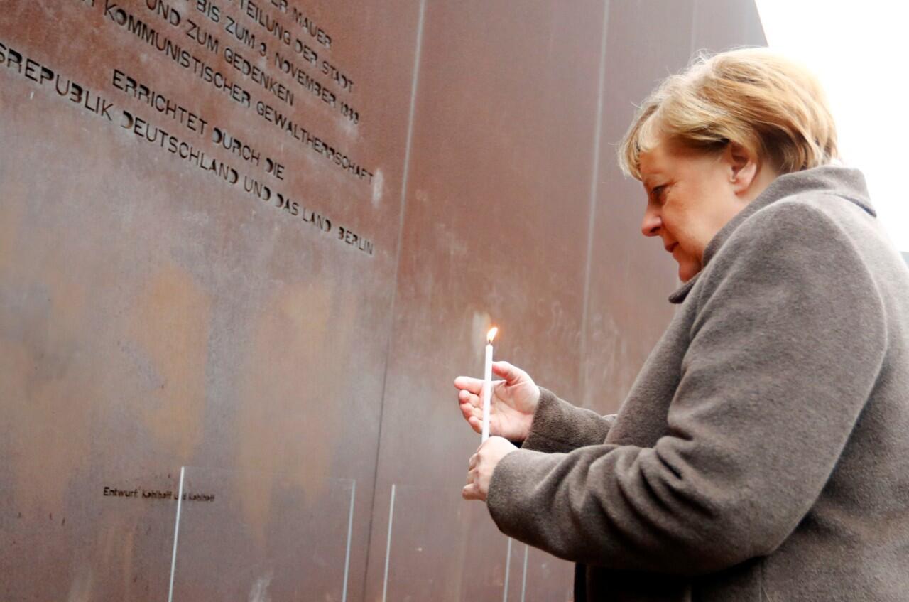 La canciller alemana, Angela Merkel, ante el Monumento de la Ciudad Dividida y las Víctimas de la Tiranía Comunista durante una ceremonia que conmemoró el 30 aniversario de la caída del Muro de Berlín en Bernauer Strasse, Alemania, el 9 de noviembre de 2019.