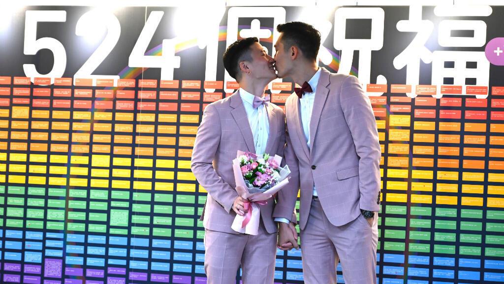 La primera pareja gay de Taiwán, Shane Lin y Marc Yuan, se besaron en la oficina de registro de la casa en el distrito de Shinyi en Taipéi, el 24 de mayo de 2019.