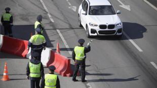 Policías de tráfico rusos en un control viario establecido en una carretera de acceso a Moscú, el 15 de abril de 2020 a las afueras de la capital rusa