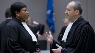 L'avocat de Laurent Gbagbo, Me Emmanuel Altit (à droite), s'entretient avec la procureure Fatou Bensouda en attendant le début du procès le 28 janvier 2016 à La Haye, aux Pays-Bas.