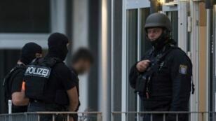عناصر شرطة ألمانية تقتاد المشتبه به.