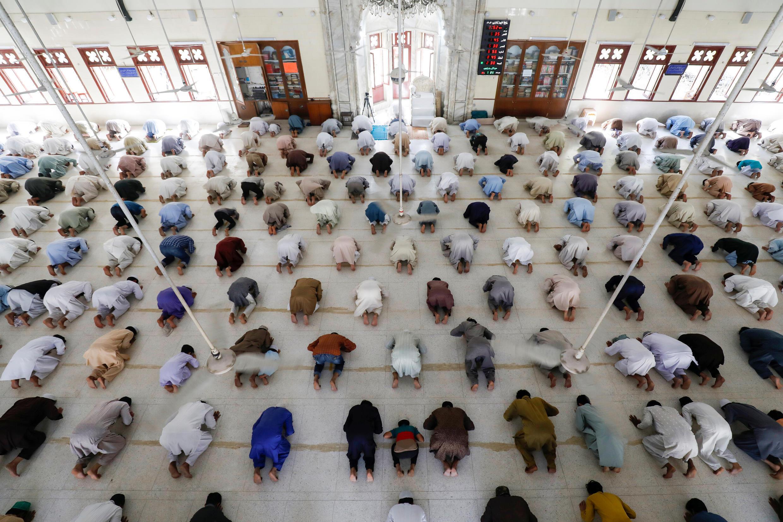 يحافظ المسلمون على المسافة الآمنة للحد من تفشي فيروس كورونا أثناء أدائهم لصلاة الجمعة، في كراتشي، باكستان، 17 أبريل/ نيسان 2020