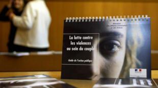 Un folleto francés sobre violencia doméstica de noviembre de 2004.
