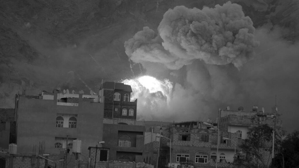 Oleadas de humo y fuego de un depósito de armas del ejército después de ser golpeado por un ataque aéreo en la capital de Yemen, Saná, en una foto de archivo del 11 de mayo de 2015.