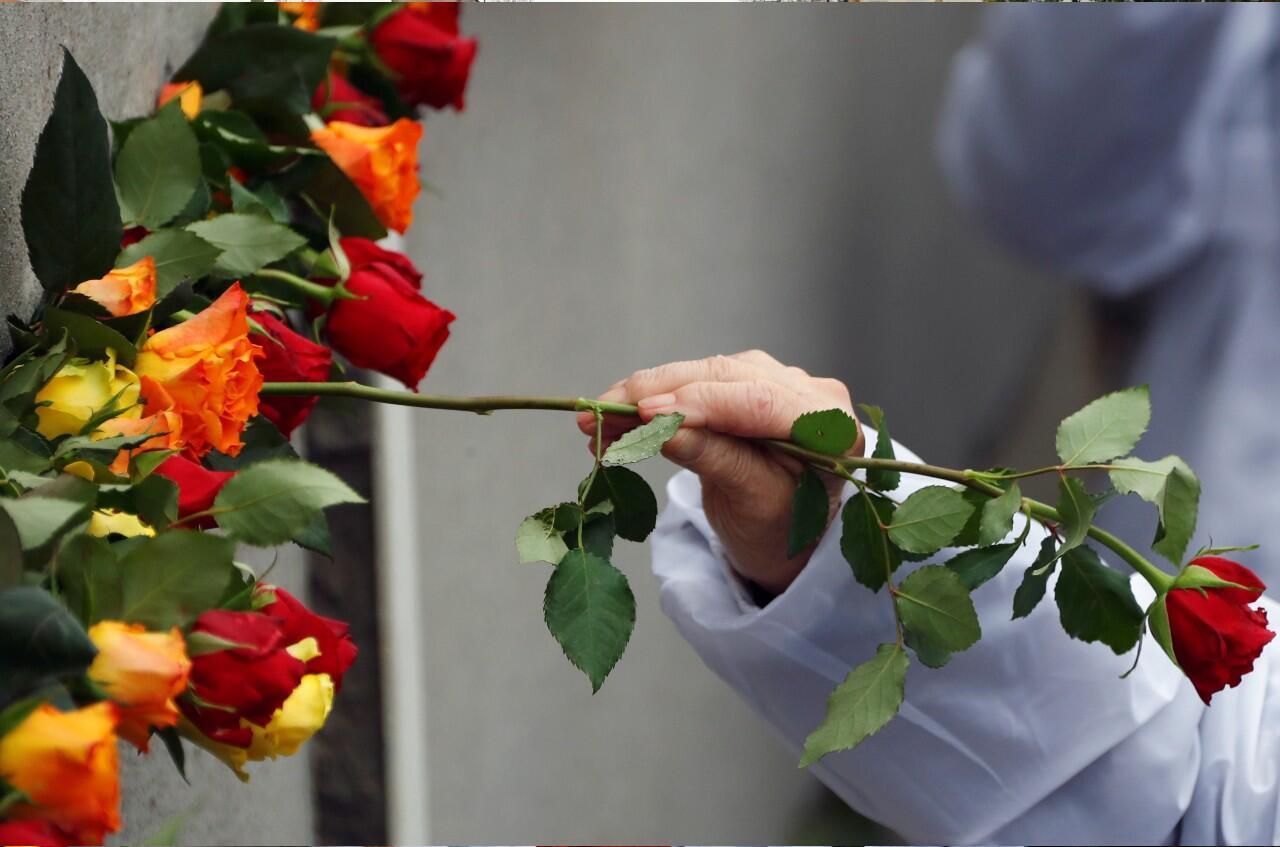 Varias rosas colocadas en el memorial durante el acto que conmemoró el 30 aniversario de la caída del Muro de Berlín en Bernauer Strasse, Alemania, el 9 de noviembre de 2019.