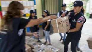 Des agents du Bureau national péruvien du processus électoral installent le matériel nécessaire au vote dans un bureau de Lima le 9 avril 2016.