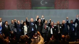 الموقعون على اتفاق تشكيل حكومة وحدة وطنية في ليبيا وبينهم فايز السراج، الصخيرات في 17 كانون الأول/ديسمبر 2015