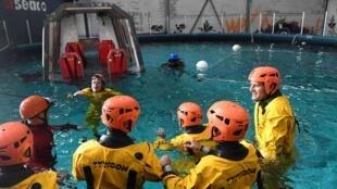 """Le skipper français Charles Caudrelier (à droite) et les membres de l'équipage du Gitana team du multicoque """"Maxi Edmond de Rothschild"""" participent à un entraînement de survie avant de tenter de battre le record du trophée Jules Verne, en multicoque autour du monde en équipage, à Lorient, le 9 octobre 2020."""