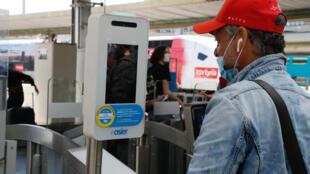 Un viajero se somete a un control de temperatura antes de abordar un tren de alta velocidad en la Gare de Lyon de París el 21 de julio de 2020