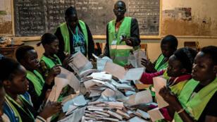 Dépouillement des bulletins de vote dans une école primaire au Kenya, le 8 août 2007.
