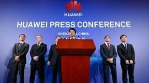 Guo Ping, l'un des présidents de Huawei, annonçant la plainte de l'entreprise chinoise contre États-Unis.