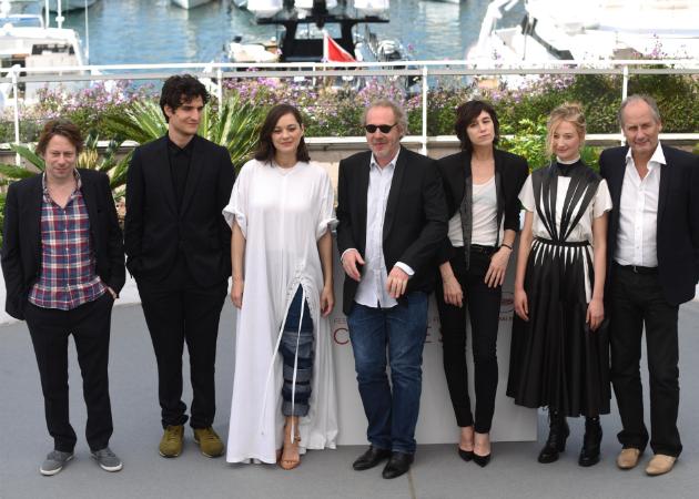 """Arnaud Desplechin entouré du duo Marion Cotillard-Charlotte Gainsbourg et de l'équipe des """"Fantômes d'Ismaël"""", film d'ouverture du 70e Festival de Cannes."""
