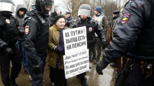 Une opposante au président russe Vladimir Poutine est arrêtée lors d'une manifestation, le 29 avril 2017 à Saint-Pétersbourg.