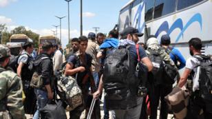 Des rebelles syriens sont évacués en bus du quartier d'Al Waer, à Homs, le 21 mai 2017.