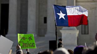 Des militants en faveur de l'avortement manifestent le 2mars devant la Cour Suprême des États-Unis, qui juge une affaire concernant la fermeture de cliniques abortives au Texas.