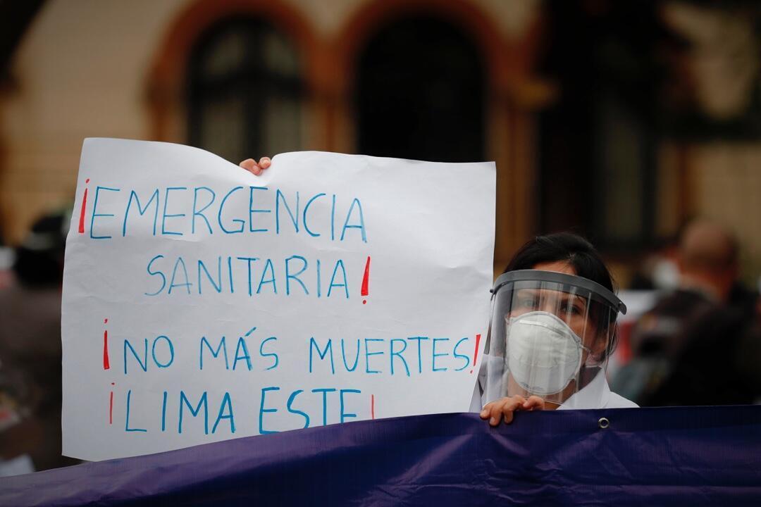 Una doctora reclama la mejora de las condiciones laborales en el sector salud en Lima, Perú, el 26 de agosto de 2020.