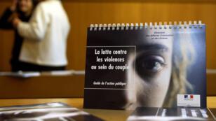 """Présentation d'un """"guide de l'action publique"""" contre les violences conjugales, en novembre 2004, à Troyes."""