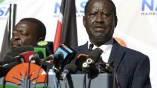 Raila Odinga annonçant à la presse le recours de l'opposition auprès de la Cour Suprême le 16 août à Nairobi.