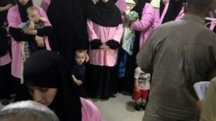 المتهمات مع أطفالهن في قاعدة المحكمة الجنائية المركزية في بغداد الأحد 29 نيسان/أبريل 2018