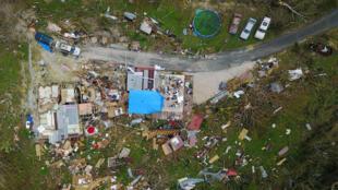 Una casa destruida por los vientos huracanados se ve en Corozal, al oeste de San Juan, Puerto Rico, el 24 de septiembre de 2017 tras el paso del huracán María. Seis meses después, muchos permanecen sin electricidad.