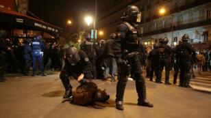 Un gendarme maîtrise un manifestant de Nuit debout, Place de la République à Paris, le 29 avril 2016.