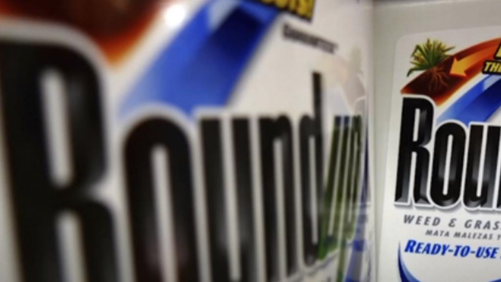 Atomizadores de los herbicidas Roundup de Monsanto exhibidos para la venta en una tienda. Archivo.