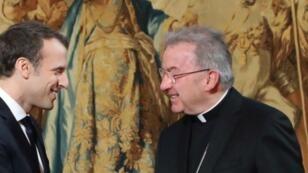 السفير البابوي في فرنسا لويجي فنتورا (يمين) والرئيس الفرنسي إيمانويل ماكرون (يسار)