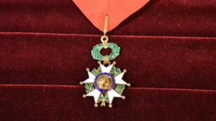Les insignes de commandeur de la Légion d'honneur.
