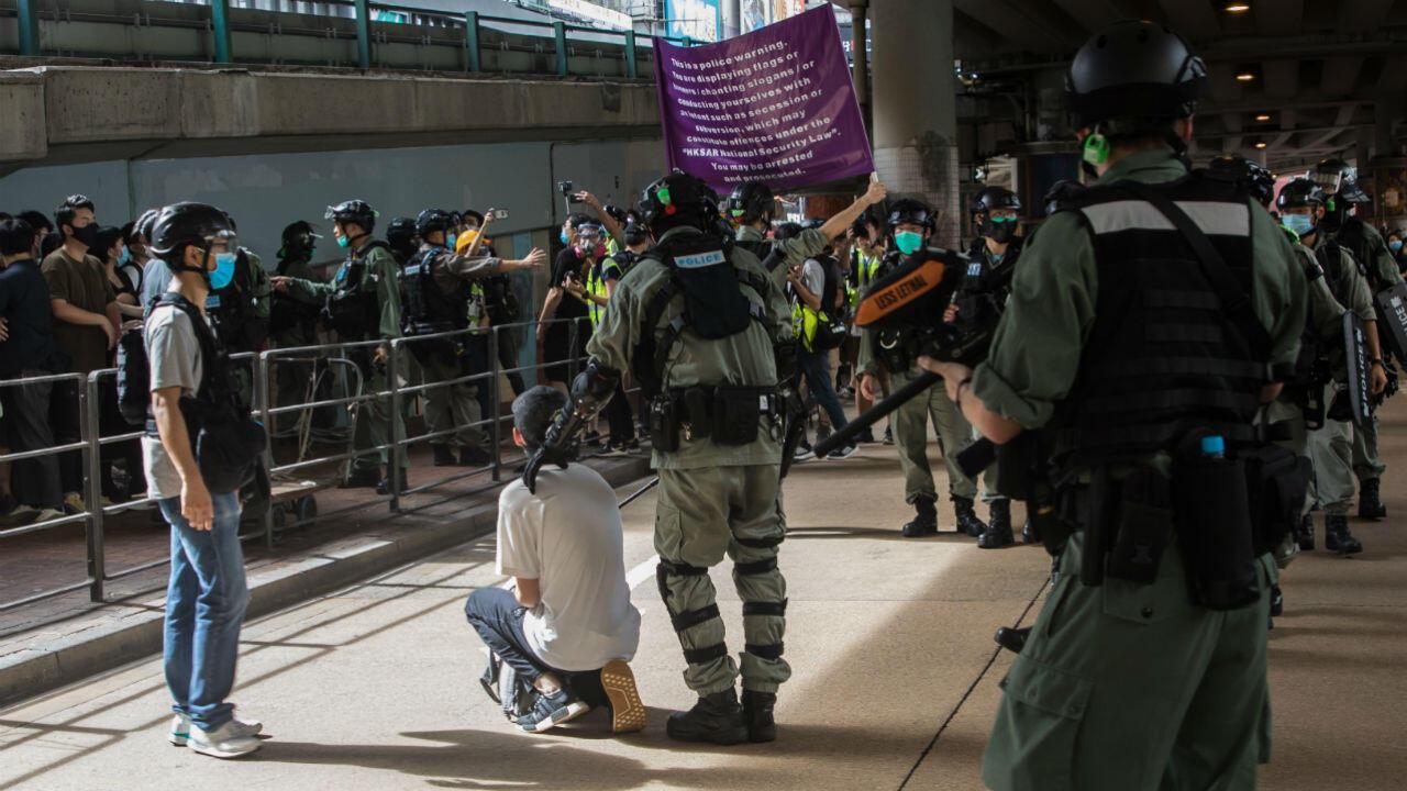 Une personne arrêtée par la police hongkongaise lors d'une manifestation le 1er juillet 2020.
