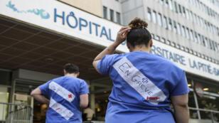 Des soignants de l'AP-HP (Assistance Publique-Hôpitaux de Paris) en grève, le 15 avril 2019.