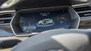 Un aperçu de l'intérieur d'une Tesla, avec qui Mobileye a longtemps collaboré pour rendre les véhicules semi-autonomes.
