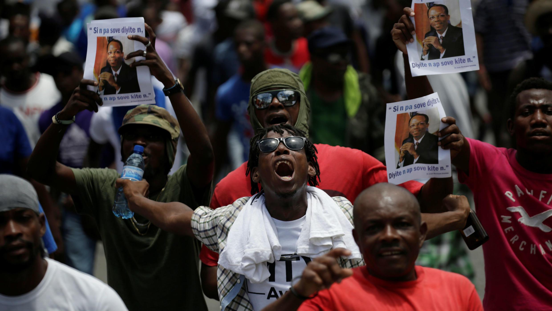 Los manifestantes gritan consignas mientras caminan durante una marcha convocada por los partidos de la oposición y los grupos de la sociedad civil para protestar contra el Gobierno del presidente Jovenel Moïse en Puerto Príncipe, Haití, el 9 de junio de 2019.