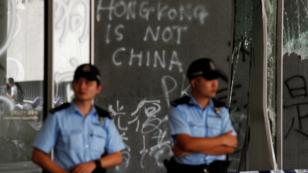 Policías en frente de la sede del Parlamento de Hong Kong el 2 de julio de 2019.