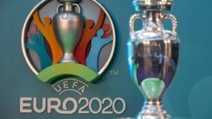Logo de l'Euro-2020 et de son trophée présentés à Londres, le 21 septembre 2016.
