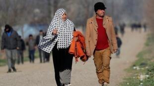 Migrantes de Iraq caminan entre el cruce fronterizo de Pazarkule y el distrito de Karaagac, cerca de la frontera turco-griega, en Edirne, Turquía, el 12 de marzo de 2020.