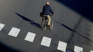 Un cycliste à Milan, le 28 décembre 2015.
