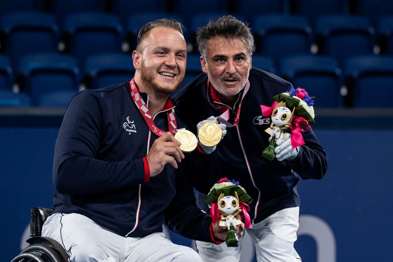 Les Français Nicolas Peifer et Stéphane Houdet, médaillés d'or au double messieurs de tennis fauteuil, aux Jeux paralympiques de Tokyo, le 3 septembre 2021.