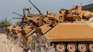 Des chars turcs aux abords de la frontière avec la Syrie, le 15 octobre.