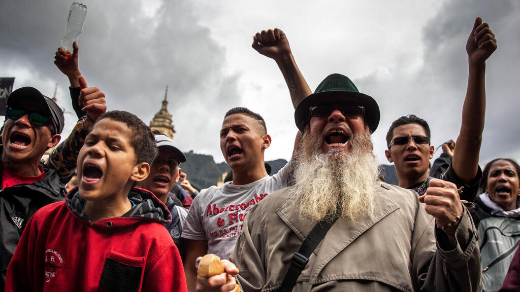 Cientos de personas participan de una concentración en la Plaza de Bolívar, este miércoles 27 de noviembre en Bogotá.