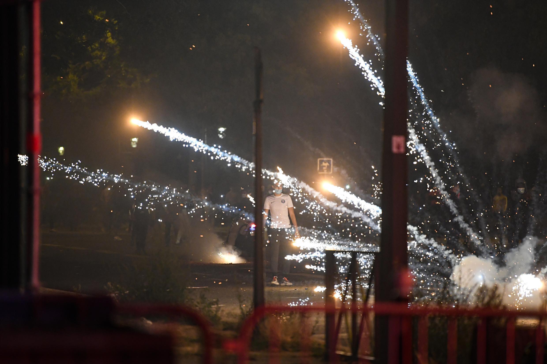 Jóvenes lanzan morteros de fuegos artificiales hacia la policía de París, el 23 de agosto de 2020, luego de la derrota del PSG en la final de la Champions League. La policía respondió con gases lacrimógenos.