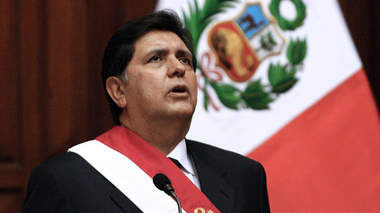 En esta imagen de archivo tomada el 28 de julio de 2006, el presidente de Perú, Alan García, canta el himno nacional durante la inauguración de us mandato en el Congreso en Lima.