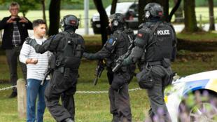 Miembros de las fuerzas de seguridad tratan de alejar a los ciudadanos de las inmediaciones del centro islámico Al Noor, una de las mezquitas atacadas en Christchurch, Nueva Zelanda, el 15 de marzo de 2019.