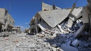 Photo prise le 9mai2019 montrant les dégâts à Khan Cheikhun, dans le nord-ouest de la Syrie, après des tirs d'artillerie.