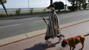 Une femme sur la Promenade des Anglais à Nice, le 8 mai 2020
