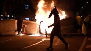 Affrontements à Barcelone entre manifestants et forces de l'ordre en marge d'une mobilisation en faveur du rapeur incarcéré Pablo Hasel, le 19 février 2021