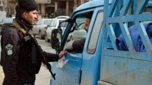 """حاجز أمني في الموصل يدقق في الهويات بحثا عن متهمين بالانتماء إلى تنظيم """"الدولة الإسلامية"""""""
