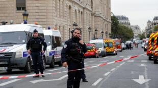صورة ملتقطة من أمام مقر الشرطة في باريس إثر الهجوم 3 أكتوبر/تشرين الأول.
