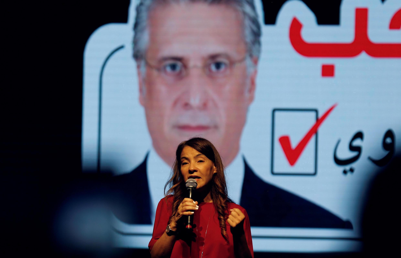 Salwa Karoui, esposa del magnate de los medios Nabil Karoui, habla durante un mitin de campaña electoral en Túnez, Túnez, el 13 de septiembre de 2019.